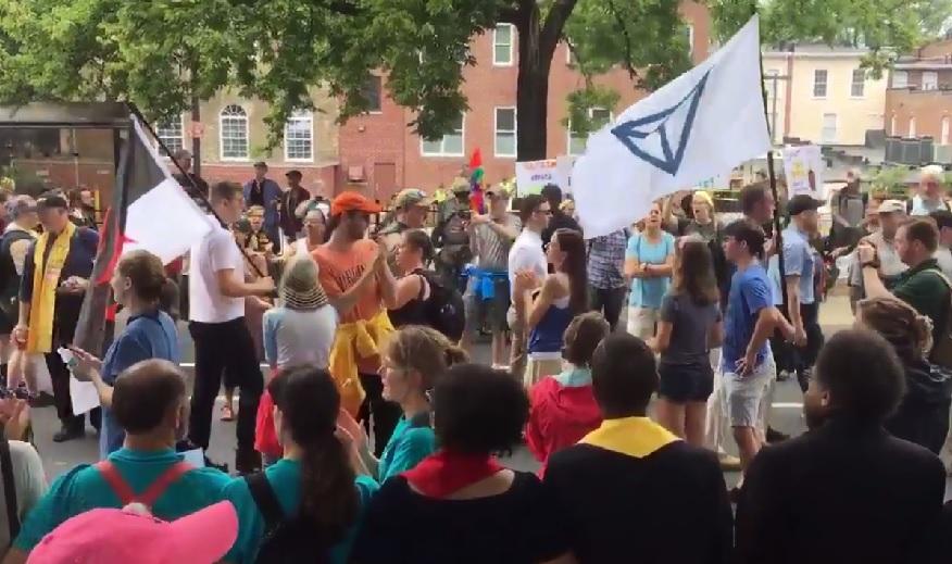 Des manifestants nationalistes blancs à Charlottesville, en Virginie, rencontrent des contre-manifestants, le 12 août 2017. Le drapeau à droite est celui d'Identity Evropa. (Capture d'écran)