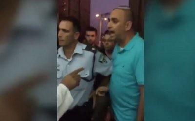 Yair Revivo, à droite, le maire de Lod, crie sur les fidèles musulmans d'une mosquée de la ville pour qu'ils arrêtent les prières, diffusées par haut-parleurs, le 1er septembre 2017. (Crédit : capture d'écran)