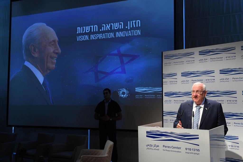 Le président Reuven Rivlin s'adresse aux dirigeants de la haute technologie au centre Peres Centre pour la Paix et l'Innovation, à Tel Aviv, Israël le 13 septembre 2017. (Crédit : Mark Neiman/GPO)
