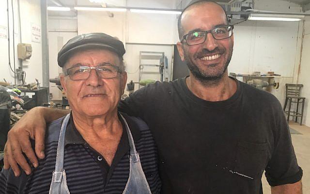 Shimon Keinan et son fils Hanan posent pour une photo dans leur usine de Givat Yoav, le 6 septembre 2017 (Crédit : Andrew Tobin)