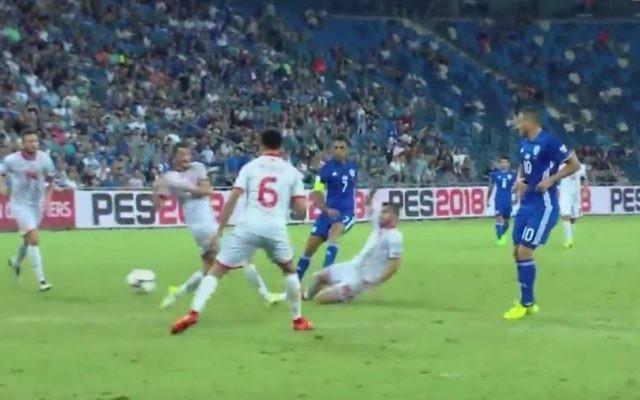 La sélection israélienne contre la Macédoine dans un match de qualification pour la Coupe du Monde de football, à Haïfa, le 2 septembre 2017. (Crédit : capture d'écran Kan)