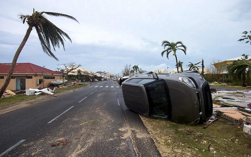 Certains des décombres après le passage de l'ouragan Irma sur l'île de Saint-Martin, dans les Caraïbes, le 6 septembre 2017 (Crédit : Lionel Chamoiseau/AFP/Getty Images via JTA)