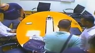 La police arrêtent deux hommes d'affaires indiens alors qu'ils essaient de sceller un accord d'1 million de dollars pour acheter illégalement des logiciels de polissage au diamant de Sarine Diamond Technologies, 5 septembre 2017 (Crédit : Capture d'écran Deuxième chaîne)