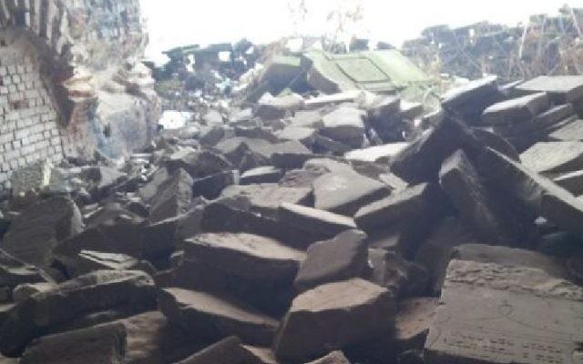 Des pierres tombales renversées à la forteresse de Brest en Biélorussie (Crédit : Ilan Ben Zion/Times of Israël)