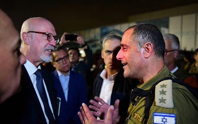 Le chef de la délégation de I'aide au Mexique, le colonnel Dudi Mizrahi et le Directeur général de l'Afrique et du Moyen-Orient du ministère mexicain des Affaires étrangères, Jorge Alvarez Fuentes (Crédit : Unité des porte paroles de l'armée israélienne)