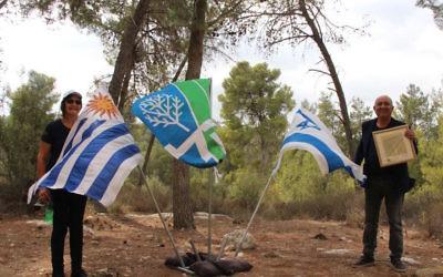 Jorge Marquez, à droite, a récolté les fonds nécessaires à la plantation de 1 000 arbres en Israël, en septembre 2017. (Crédit : KKL-JNF)