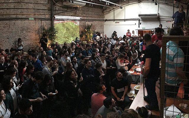 Les participants au concours d'houmous de Buenos Aires attendent les résultats au restaurant Tétouan, le 17 septembre 2017 (Autorisation : Fans juifs et musulmans d'houmous)