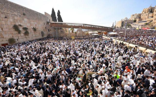 La bénédiction des Cohanim pendant la fête, au mur Occidental, dans la Vieille Ville de Jérusalem, le 8 octobre 2017. (Crédit : autorisation)