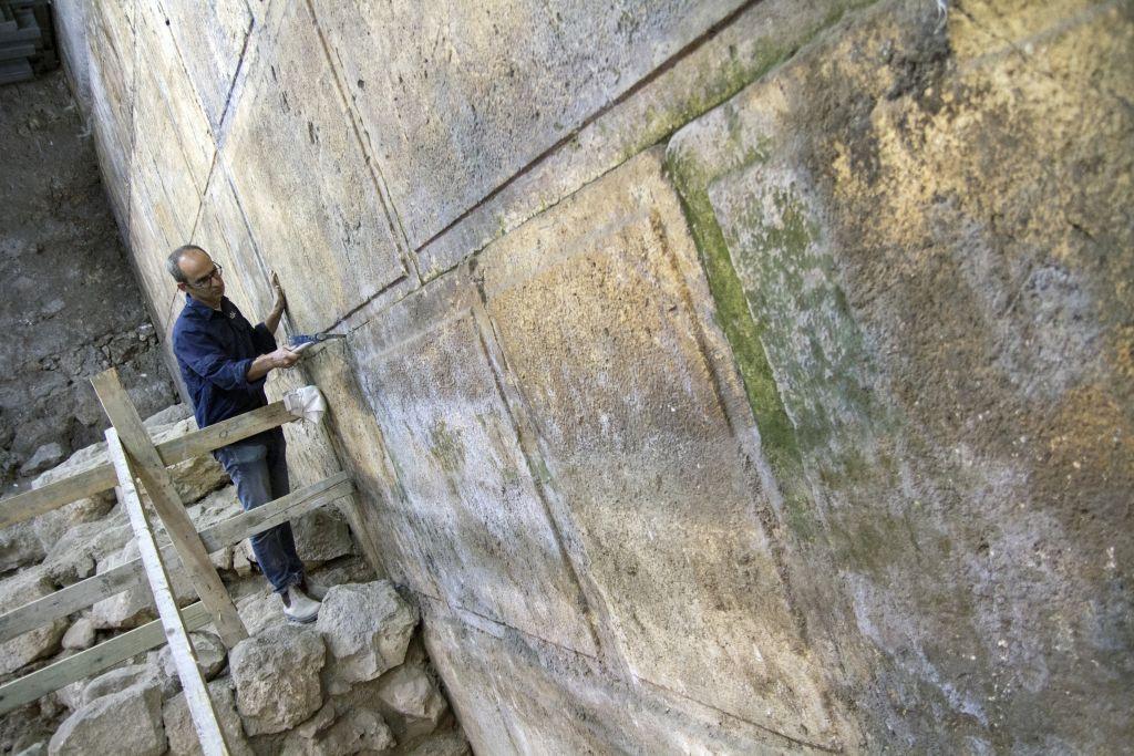 Quinze mètres du mur Occidental ont été découverts pendant les fouilles, et dévoilés en octobre 2017. (Crédit : Yaniv Berman/Autorité israélienne des Antiquités)