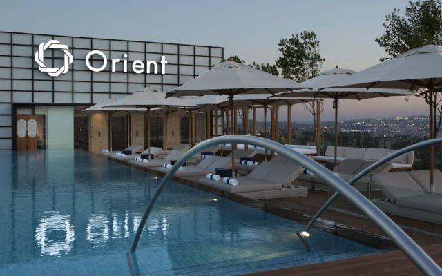 La piscine à débordement du toit du nouvel hôtel d'Isrotel, l'Orient, à Jérusalem. (Crédit : Ori Akerman)