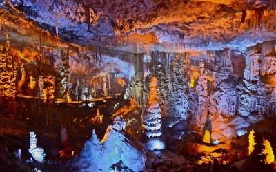 La grotte des stalactites de Soreq. (Crédit : Yigal Dekel/CC BY-SA/Wikimedia Commons)
