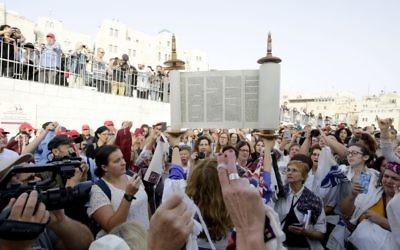 Les Femmes du mur prient avec un rouleau de Torah lors de leur session mensuelle de prière, le 20 octobre 2017 (Crédit : Hila Shiloni)
