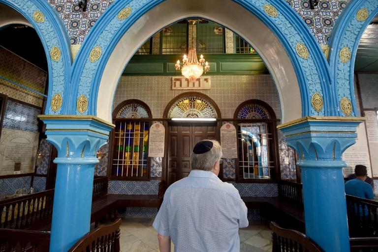 Le directeur général du Judaïsme libéral au Royaume-Uni, le rabbin Danny Rich, à la synagogue de Ghriba dans l'île touristique tunisienne de Djerba durant le pèlerinage annuel juif de Lag B'Omer, le 25 mai 2016 (Crédit :  AFP Photo/Fethi Belaid)