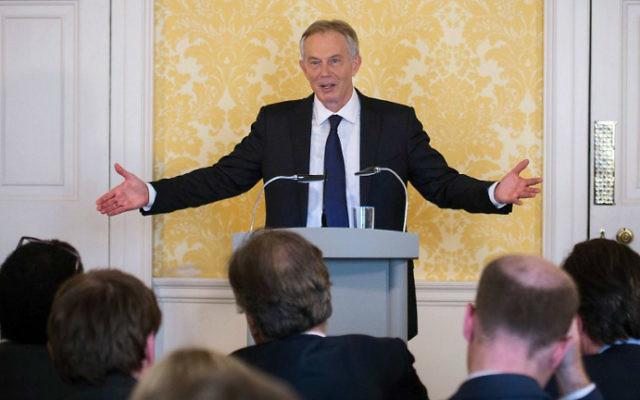 L'ancien Premier ministre Tony Blair lors d'une conférence de presse à Londres suite à la sortie du rapport d'enquête sur l'Irak, le 6 juillet 2016 (Crédit :  Stefan Rousseau/Pool/AFP)