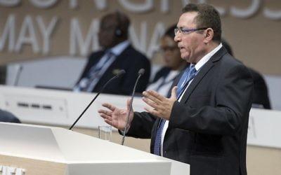 Ofer Eini, président de l'Association israélienne de football, prend la parole lors du 67ème congrès de la FIFA à Manama, la capitale bahreïnie, le 11 mai 2017 (Crédit : AFP Photo / Jack Guez)