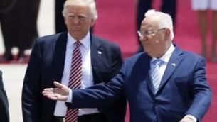 Le président Reuven Rivlin, à gauche, accueille son homologue américain, le président Donald Trump, au centre, lors de son arrivée à l'aéroport international Ben-Gourion le 22 mai 2017 (Crédit : AFP Photo/Jack Guez)
