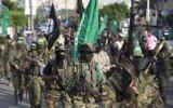 Défilé militaire des Brigades Ezzedine al-Qassam, la branche armée du Hamas, à Gaza Ville, le 25 juillet 2017. (Crédit : Mahmud Hams/AFP)