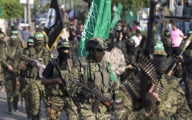 Défilé de la branche armée du Hamas contre Israël dans la ville de Gaza, le 25 juillet 2017. (Crédit : Mahmud Hams/AFP)