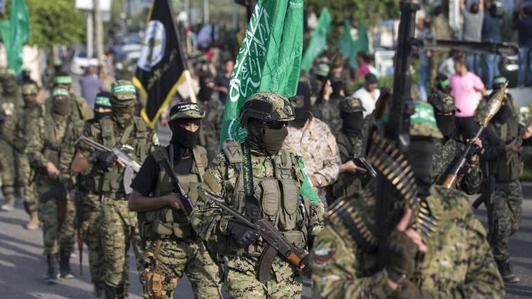 Les terroristes de la branche militaire du groupe terroriste du Hamas participent à un défilé contre Israël dans la ville de Gaza le 25 juillet 2017 (Crédit : AFP Photo / Mahmud Hams)