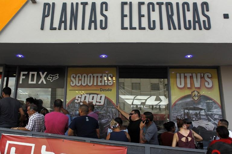File d'attente pour acheter des générateurs dans un magasin de San Juan, la capitale de Puerto Rico, après l'ouragan Maria, le 18 septembre 2017. (Crédit : Ricardo Arduengo/AFP)