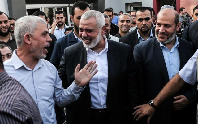 Le chef du Hamas, Ismail Haniyeh, à droite, et Yahya Sinwar, à gauche, du côté palestinien au passage transfrontalier de Rafah, dans le sud de la bande de Gaza, le 19 septembre 2017 (Crédit : AFP PHOTO / SAID KHATIB)