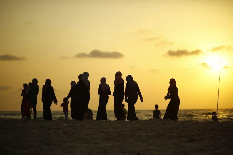 Palestiniens sur la plage de Gaza Ville, le 21 septembre 2017. (Crédit : Mohammed Abed/AFP)