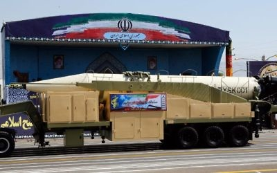 Le nouveau missile iranien à longue portée Khoramshahr durant une parade militaire annuelle marquant l'anniversaire de l'éclatement de la guerre de huit ans contre l'Irak de Saddam Hussein en 1980, le 22 septembre 2017. (Crédit : STR/AFP)