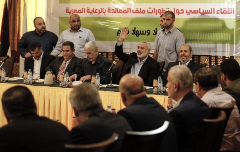 Ismail Haniyeh, 4e à gauche, chef du bureau politique du Hamas, et Yahya Sinwar, 3e à gauche, chef du Hamas dans la bande de Gaza, pendant une réunion avec les dirigeants des factions palestiniennes à Gaza Ville, le 25 septembre 2017. (Crédit : Mahmud Hams/AFP)