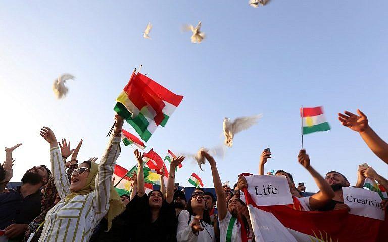 Des Kurdes irakiens libèrent des colombes durant une manifestation à l'aéroport d'Irbil, dans la capitale de la région autonome kurde en Irak, après que le gouvernement central a ordonné l'arrêt pour une période indéterminée de tous les vols étrangers vers et depuis le Kurdistan irakien, le 29 septembre 2017 (Crédit : AFP Photo/Safin Hamed)