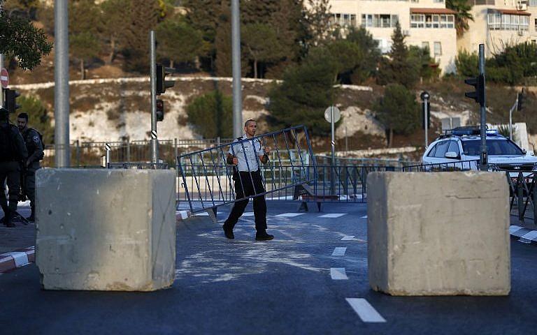 Fermeture de la route qui relie Beit Hanina, quartier de Jérusalem Est, à l'ouest de la capitale, avant Yom Kippour, le 29 septembre 2017. (Crédit : Ahmad Gharabli/AFP)