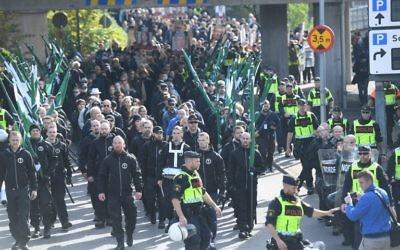 Défilé du Mouvement de résistance nordique d'extrême-droite à Gothenburg, en Suède, le 30 septembre 2017. (Crédit : Fredrik Sandberg/TT News Agency/Sweden OUT/AFP)