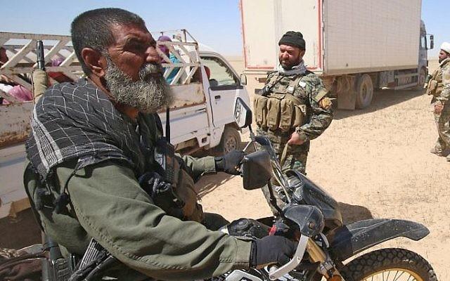Abou Tahsin al-Salhi, à gauche, sniper des unités Hashed al-Shaabi, qui a tué au moins 320 combattants de l'Etat islamique, à Mossoul, le 26 avril 2017. (Crédit : Haidar Mohammed Ali/AFP)