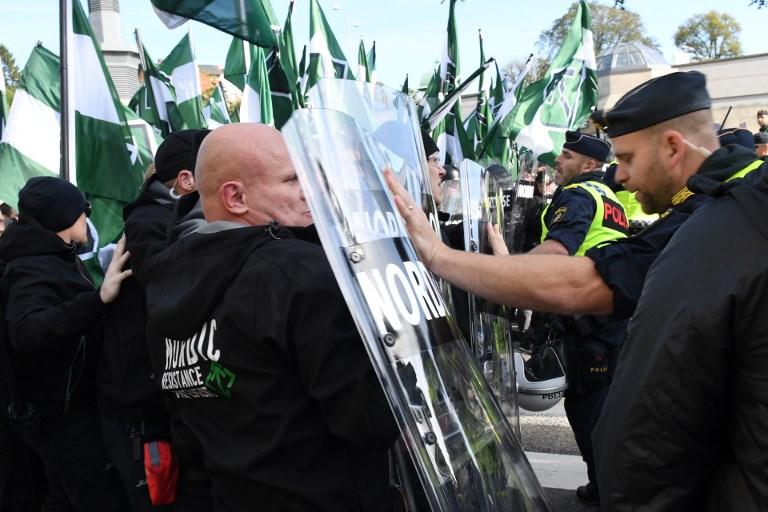 Policiers déployés pendant le défilé du Mouvement de résistance nordique d'extrême-droite à Gothenburg, en Suède, le 30 septembre 2017. (Crédit : Fredrik Sandberg/TT News Agency/Sweden OUT/AFP)
