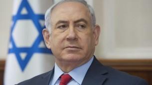 Le Premier ministre Benjamin Netanyahu pendant à la réunion hebdomadaire du cabinet dans ses bureaux de Jérusalem, le 1er octobre 2017. (Crédit : Sebastian Scheiner/Pool/AFP)