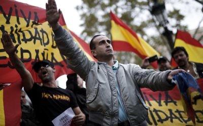 Salut fasciste pendant une manifestation d'extrême-droite contre le référendum d'indépendance de la Catalogne, à Barcelone, le 1er octobre 2017. (Crédit : Pau Barrena/AFP)