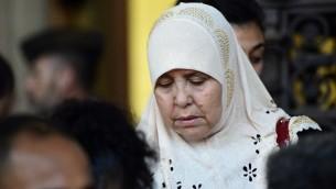 La mère de Mohamed Legouad, l'une des victimes de Mohamed Merah, à l'ouverture du procès de ses complices présumés à Paris, le 2 octobre 2017. (Crédit : Martin Bureau/AFP)