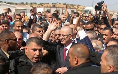 Rami Hamdallah, Premier ministre de l'Autorité palestinienne, à Beit Hanoun, dans le nord de la bande de Gaza, le 2 octobre 2017. (Crédit : Mahmud Hams/AFP)