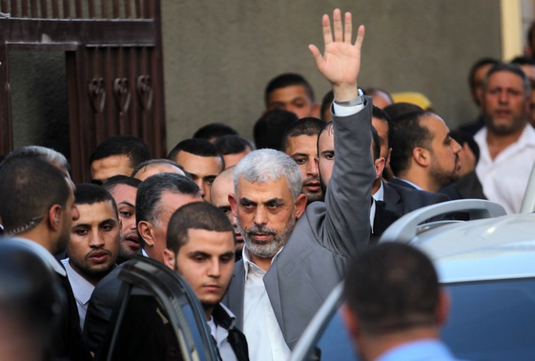 Yahya Sinwar, le chef du Hamas dans la bande de Gaza, avant une réunion avec le Premier ministre de l'Autorité palestinienne à Gaza Ville, le 2 octobre 2017. (Crédit : Said Khatib/AFP)