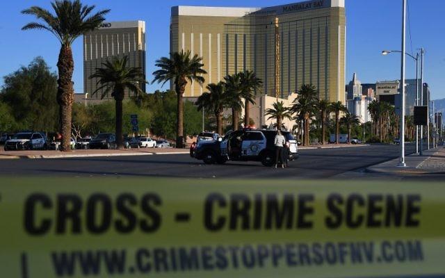 Scène de crime de l'hôtel-casino Mandalay Bay de Las Vegas, où un homme a tué au moins 59 personnes et en a blessé plus de 500, le 2 octobre 2017. (Crédit : Mark Ralston/AFP)