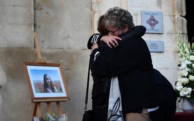 Les membres de la famille de Mauranne participent à un hommage à côté de son portrait, le 2 octobre 2017, à Eguilles, dans le sud de la France (Crédit : ANNE-CHRISTINE POUJOULAT / AFP)