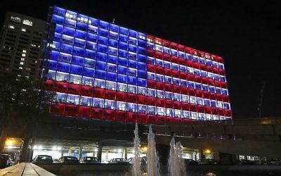 La mairie de Tel Aviv aux couleurs du drapeau américain en hommage aux victimes de la fusillade de Las Vegas, le 2 octobre 2017. (Crédit : Jack Guez/AFP)