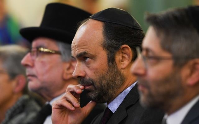 Le Premier ministre français Edouard Philippe, au centre, avec le grand rabbin de France, Haim Korsia, pendant la cérémonie des vœux à la communauté juive de France, dans la synagogue de la rue Buffault, le 2 octobre 2017. (Crédit : Christophe Archambault/Pool/AFP)