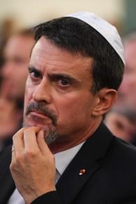 L'ancien Premier ministre français Manuel Valls pendant la cérémonie des vœux à la communauté juive de France, dans la synagogue de la rue Buffault, le 2 octobre 2017. (Crédit : Christophe Archambault/Pool/AFP)