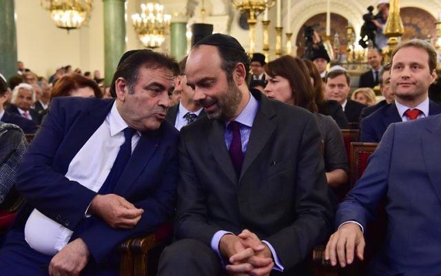 Le président du Consistoire, Joël Mergui, à gauche, avec le Premier ministre français Edouard Philippe pendant la cérémonie des vœux à la communauté juive de France, dans la synagogue de la rue Buffault, le 2 octobre 2017. (Crédit : Christophe Archambault/Pool/AFP)