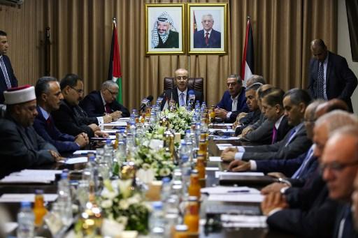 Rami Hamdallah, au centre, Premier ministre de l'Autorité palestinienne, pendant une réunion gouvernementale de réconciliation à Gaza Ville, le 3 octobre 2017. (Crédit: Mohammed Abed/AFP)