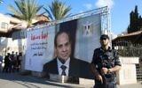 Un garde de sécurité du Hamas devant un portrait du président égyptien Abdel Fattah al-Sissi, près des bureaux gouvernementaux de Gaza Ville, le 3 octobre 2017. (Crédit : Mohammed Abed/AFP)