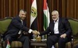 Le chef du Hamas, Ismail Haniyeh, à droite, avec le ministre égyptien des Renseignements, Khalid Fawzi, dans les bureaux de Haniyeh dans la ville de Gaza, le 3 octobre 2017. (Crédit : Mahmud Hams/AFP)