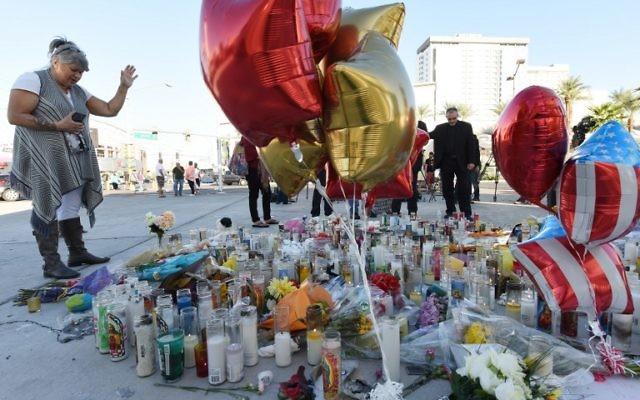 Un mémorial improvisé à Las Vegas, dans le Nevada, le 3 octobre 2017. (Crédit : Robyn Beck/AFP)