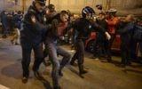 Arrestation par la police d'un partisan d'Alexei Navalny, premier opposant à Vladimir Poutine, pendant une manifestation non autorisée à Saint-Pétersbourg, le 7 octobre 2017. (Crédit : Olga Maltseva/AFP)