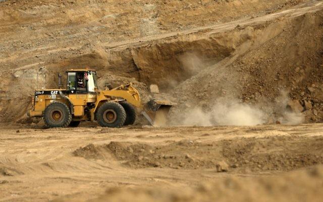 Des bulldozers réalisent des fouilles à Tell es-Sakan, au sud de Gaza Ville, le 9 octobre 2017. (Crédit : Mahmud Hams/AFP)